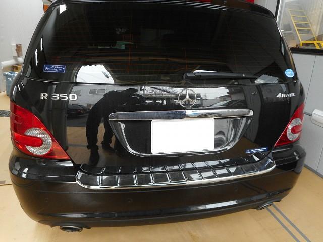 メルセデス・ベンツ R350 左ドア・フェンダーの塗装修理です。