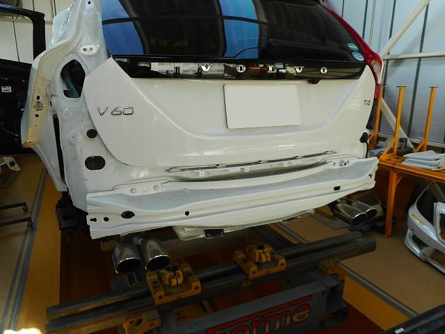 ボルボV60 T4が板金修理で入庫しました。