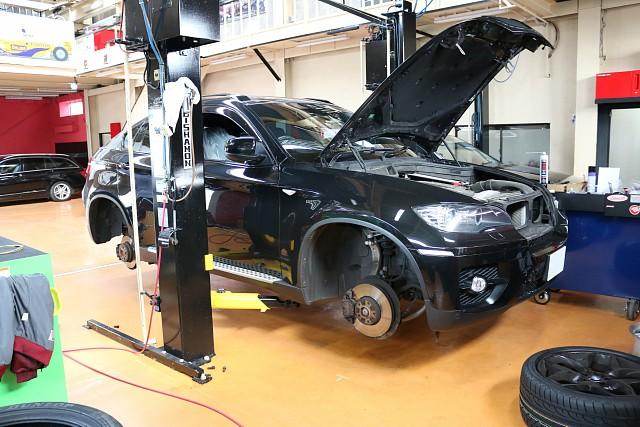 BMW X6 タイヤ交換とエンジンオイル交換で入庫