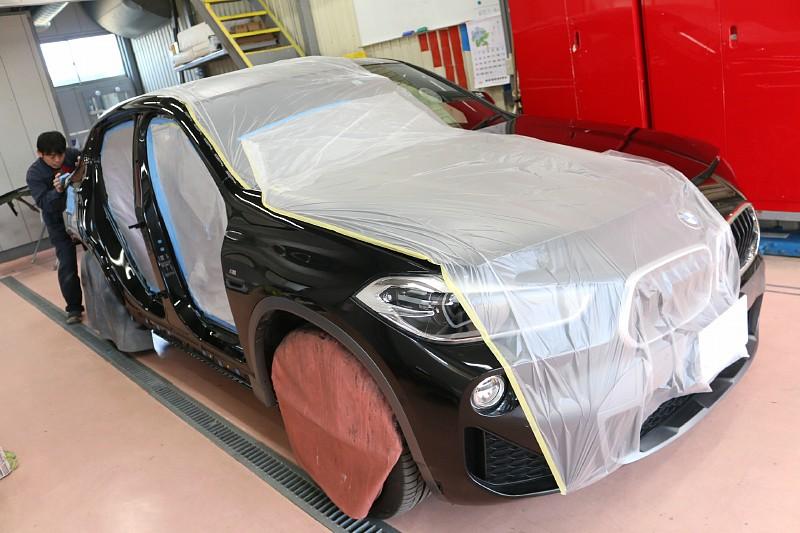 BMW X2の側面修理のため入庫